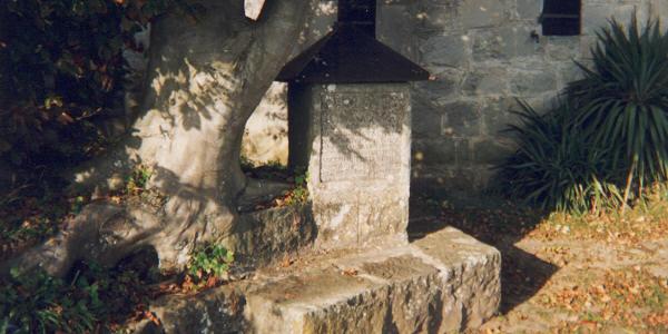 La pierre gravée par C.G. Jung à l'extérieur de la Tour de Bolllingen
